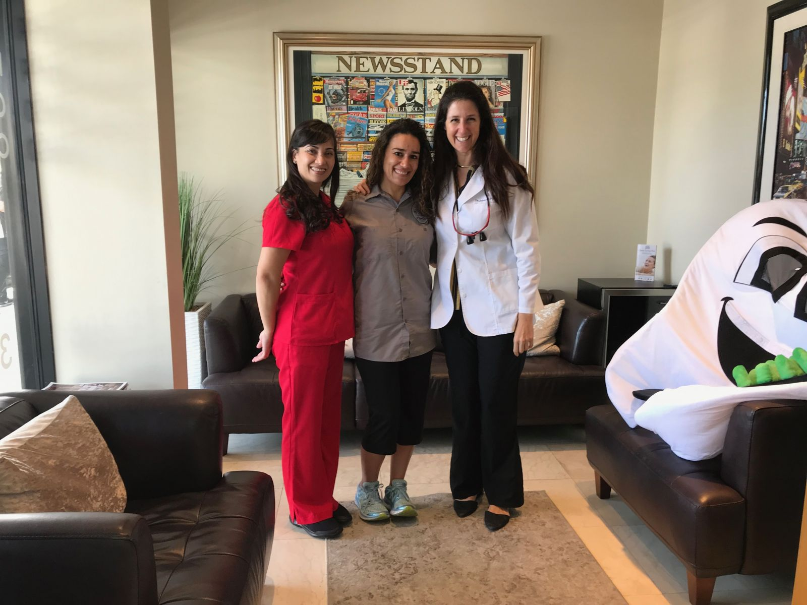 Another happy patient at Aventura Dental Group. In this photo is our amazing Registered dental hygienist Yina Diaz with Dr. Jessica Cismas and our happy patient of the day. We are accepting new and existing patients at our Aventura location. We are conveniently located in the Promenade Shops in between Boul MIch and Sicillian Oven restaurant. If you are interested in getting an oral examination or just to get your teeth an amazing cleaning do not hesitate to contact us via DM or website. You can also call us to book your complimentary consultation. Do not delay, CALL Today!